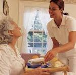 Cuidadora-desayuno-anciana